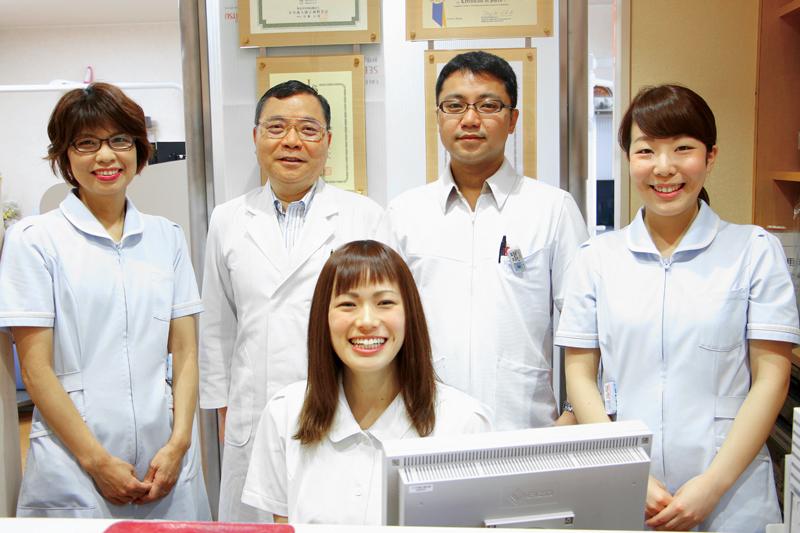 さらなる知識と技術の向上を目指す歯科医師と3人の歯科衛生士