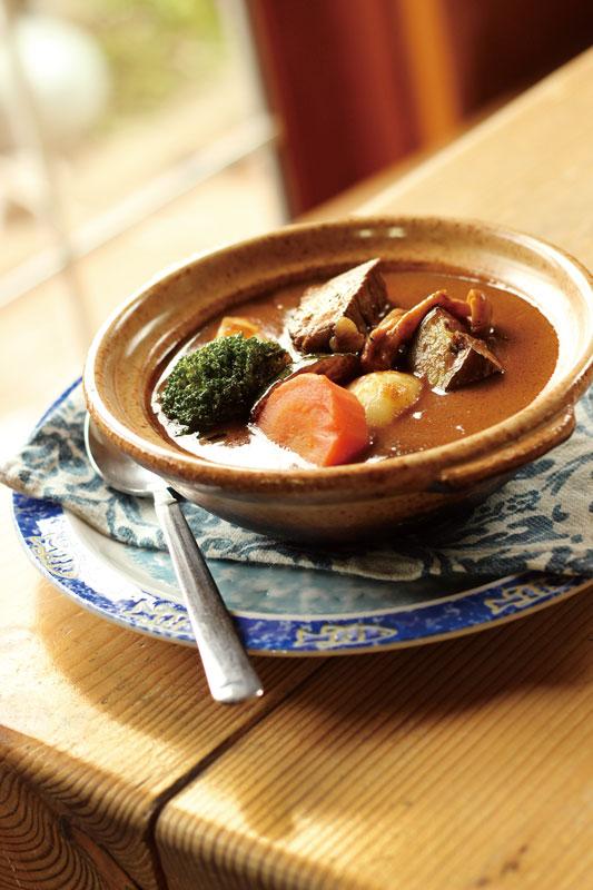 「ビーフシチュー」1,998円。季節の野菜がゴロッと入った自慢の一皿