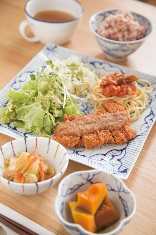 有田焼に盛り付けられた週替わりの「Bランチ」980円。