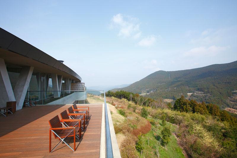 湯上がりにはテラス席に立ち寄るのも◎。建築家が設計した建築物と自然を楽しんで