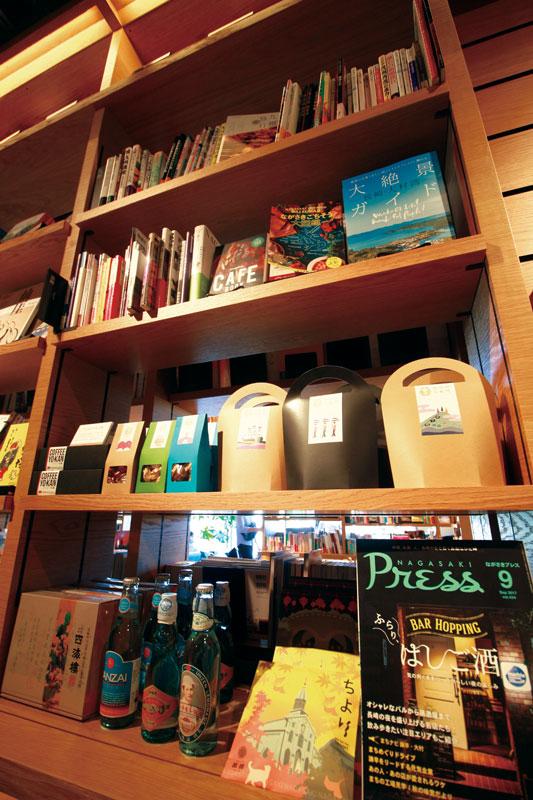 """「旅」のコーナーでは、""""旅のコンシェルジュ""""森卓也さんが、自身の経験をもとに案内してくれる。「ながさきプレス」をはじめ、九州を知るコーナーも充実!"""