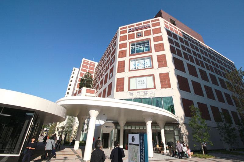 1階には高級スーパーマーケット、3階には〈福岡市科学館〉も