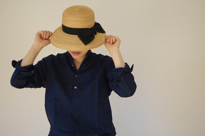 リネンのシャツと 夏の帽子