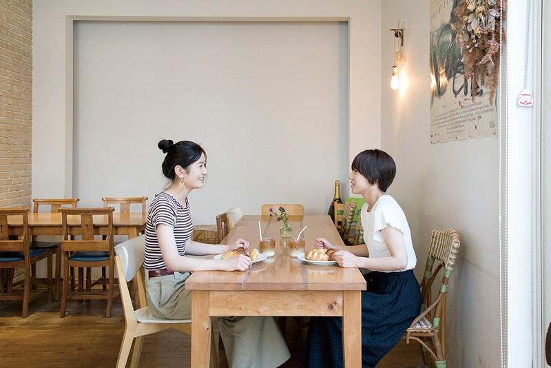9 neufで食事をする2人の女性