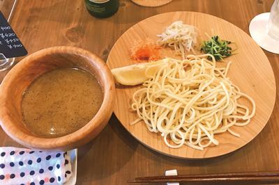 〈カフェサロン  木の暮らし〉新鋭カフェと老舗製麺所のコラボレーション