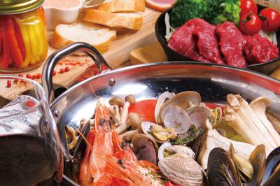 〈ハマグチバル SKILLET〉魚介たっぷりのブイヤベースとスキレット料理で おいしく楽しい宴席