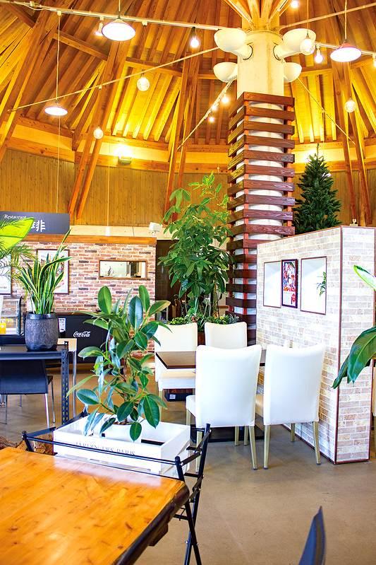 長崎県島原市有明町湯江丁3612-10 落ち着いた空間の中で食事が楽しめるカフェレストラン、森の珈琲の店内